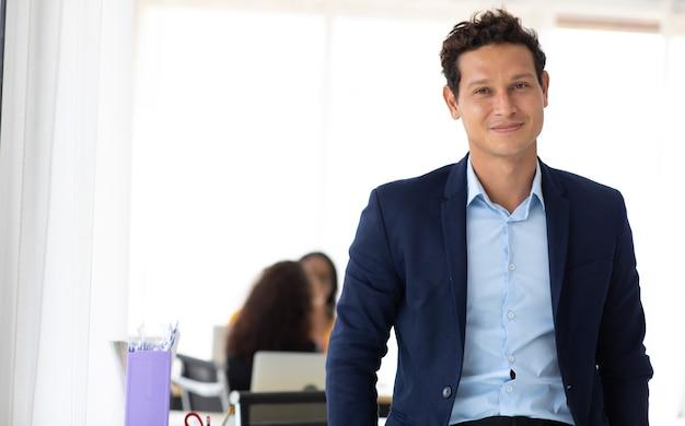Unternehmensführungskonzept für unternehmen. hübscher fröhlicher hispanischer kreativer geschäftsmann im arbeitsplatzbüro. porträt