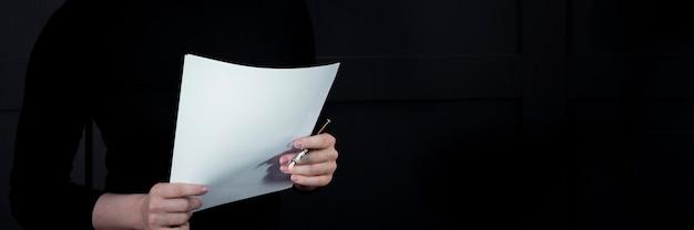 Unternehmensgeschäftsfrau, die papiere mit projekt hält