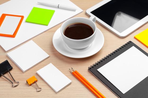 Unternehmensidentitä5sbranding-modelldesign auf hölzernem schreibtischabschluß oben
