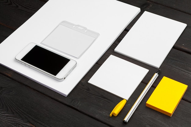 Unternehmensidentitä5sschablone, leeres briefpapier stellte auf schwarzes stilvolles holz ein. mock up für branding, business-präsentationen und portfolios.