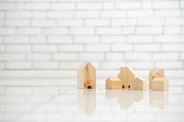 Unternehmensinvestition für immobilien mit winzigen holzhäusern