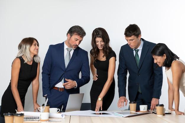 Unternehmenskollegen arbeiten zusammen