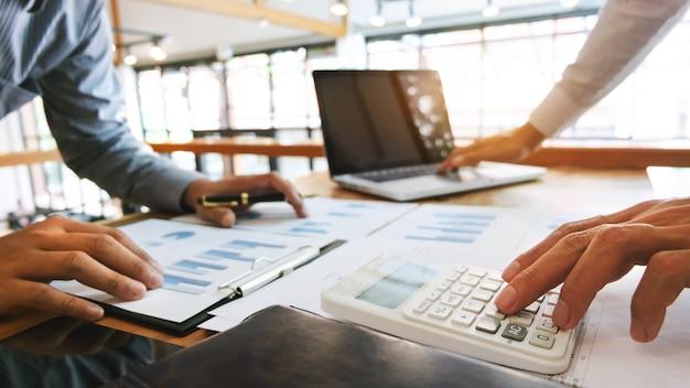 Unternehmensleiter analysieren datendokument und berechnen ungefähr gebührsteuer in einem büro