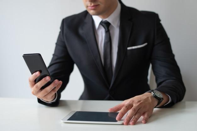 Unternehmensleiter, der daten vom smartphone sendet