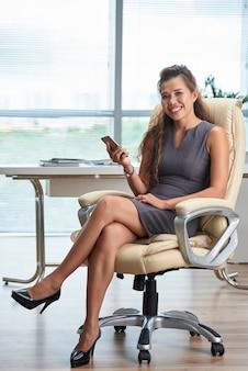 Unternehmensleiter, der eine pause von der simsenden mitteilung der arbeit auf smartphone macht
