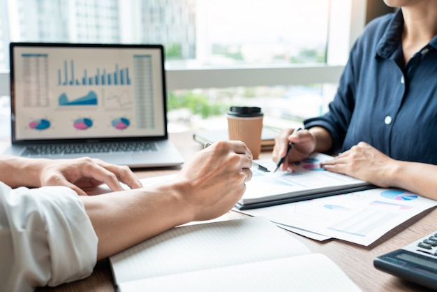 Unternehmensleiter, die dokumentenarbeit bei der sitzung besprechen