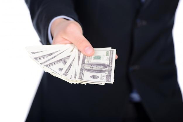 Unternehmensleiter im gesellschaftsanzug, der geld als bestechungsgeld gibt.