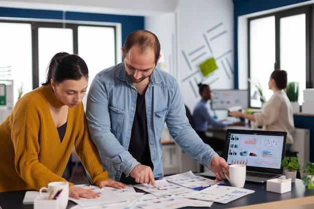 Unternehmensleitung arbeitet an wichtigen terminen im startup-büro, teamwork, zusammenarbeit