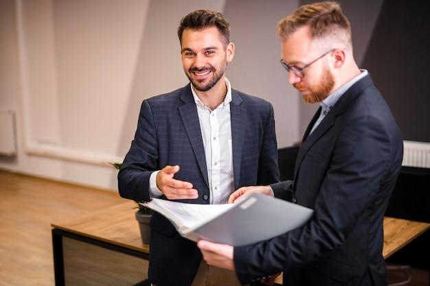 Unternehmensmänner, die zusammenarbeiten