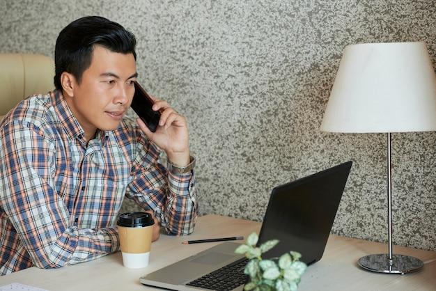 Unternehmer, der am telefon anruft