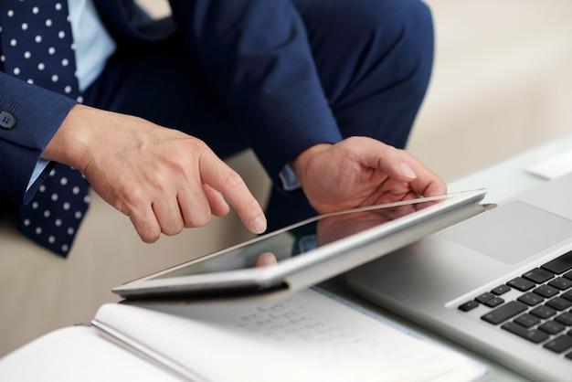Unternehmer, der an tablette arbeitet