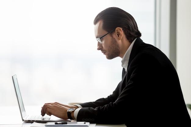 Unternehmer, der an unternehmensmarketingstrategie arbeitet