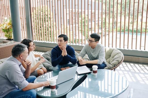 Unternehmer, der ideen mit kollegen teilt