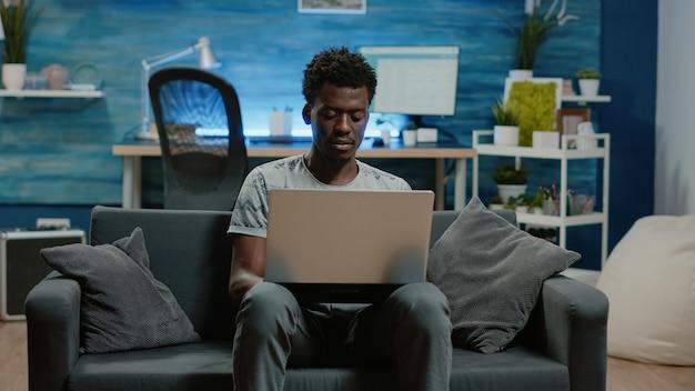 Unternehmer, der laptop hält und von zu hause aus arbeitet