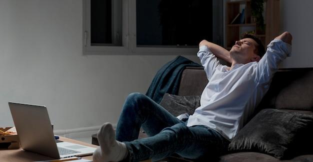 Unternehmer, der nachts von zu hause aus arbeitet