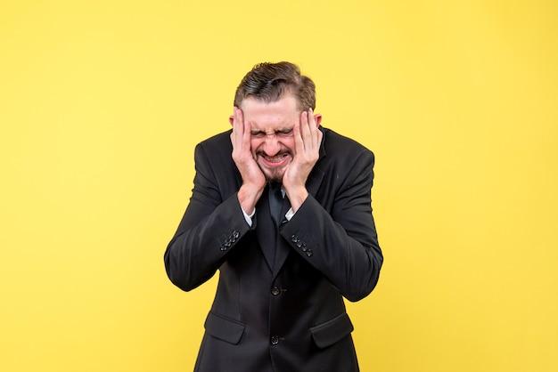 Unternehmer, der unter kopfschmerzen leidet