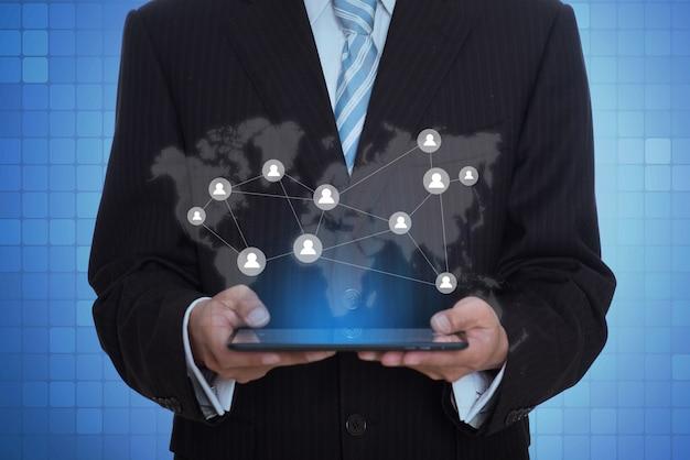Unternehmer, die eine tablette mit einer virtuellen anwendung halten