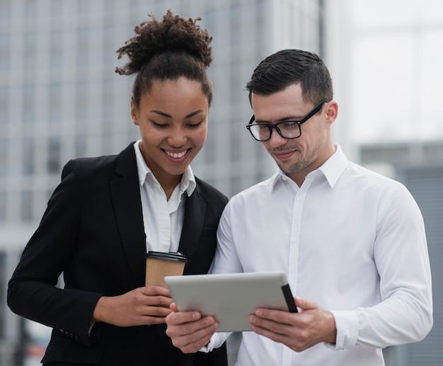 Unternehmer, die ipad mittleren schuss betrachten