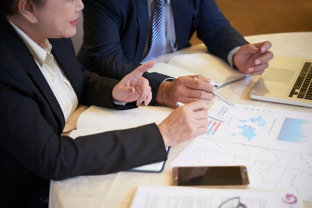 Unternehmer diskutieren über eröffnung neuer büros