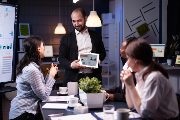 Unternehmer geschäftsmann zeigt unternehmensstrategie mit tablet für unternehmenspräsentation
