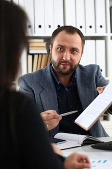 Unternehmer haben eine diskussion frau geben dem manager ein interview und möchten einen neuen job bekommen