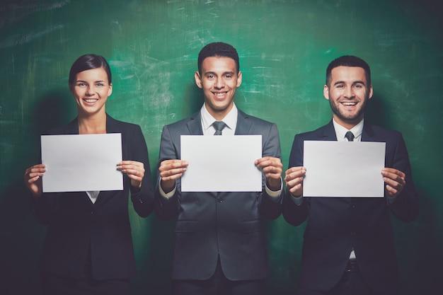 Unternehmer halten leere blatt papier