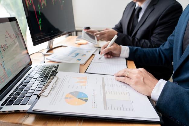 Unternehmer-handel, der daten bespricht und analysiert