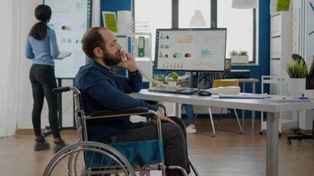 Unternehmer mit bewegungseinschränkungen, die am telefon telefonieren