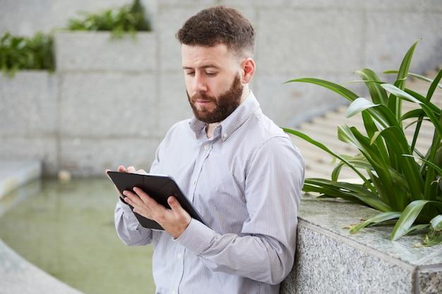 Unternehmer mit digitalem tablet