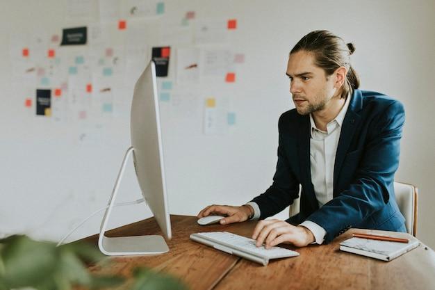 Unternehmer mit einem computer bei der arbeit