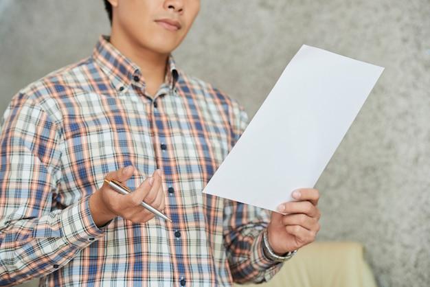 Unternehmer mit finanzdokument