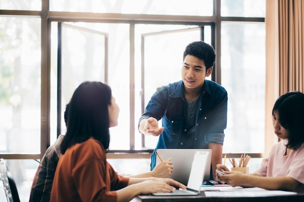 Unternehmer-teamwork-meeting, um die investition zu besprechen.