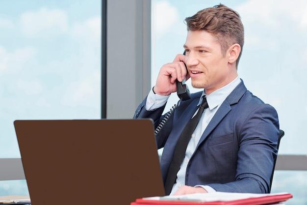 Unternehmer telefoniert