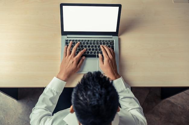 Unternehmer verwendet einen laptop.