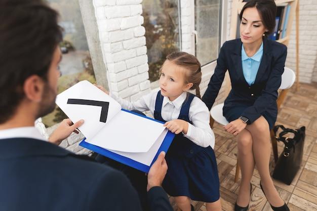 Unternehmerfamilie, die zu hause auf stühlen sitzt