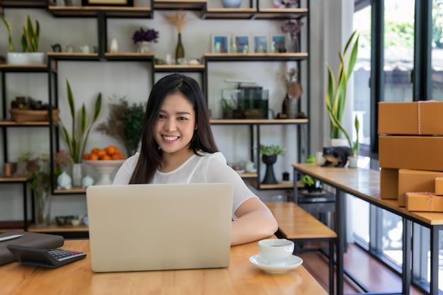 Unternehmergeschäftsfrau mit onlineverkäufen und paketversand.