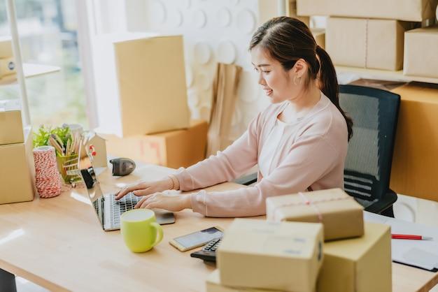 Unternehmerin bereitet bestellung für lieferung vor
