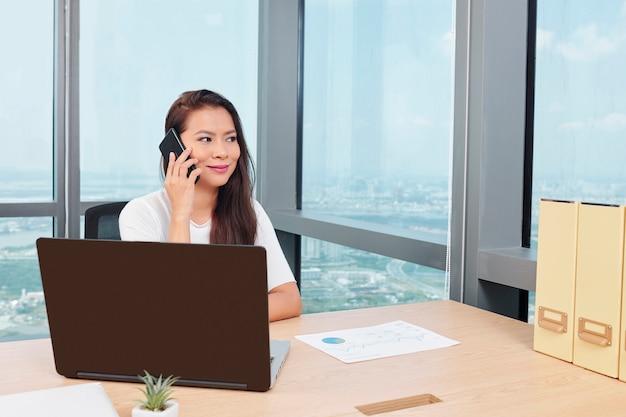 Unternehmerin, die am telefon anruft