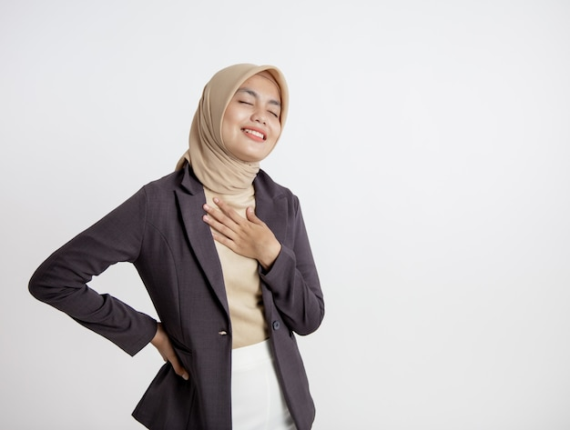 Unternehmerin, die hijab lächelnden friedlichen entspannenden ausdruck trägt, büroarbeitskonzept isoliert