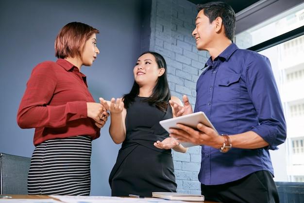 Unternehmerin verteilt arbeit
