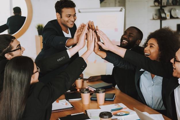 Unternehmerinnen und unternehmer geben sich gegenseitig fünf