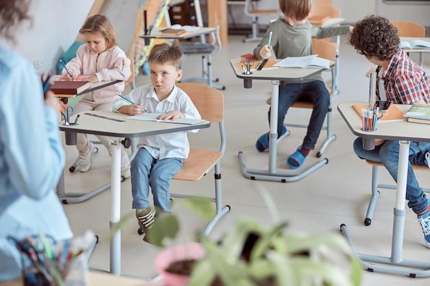 Unterricht mit entzückenden kleinen schülern in der grundschule