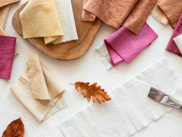 Unterschiedlich gefärbte tücher mit natürlichen pigmenten