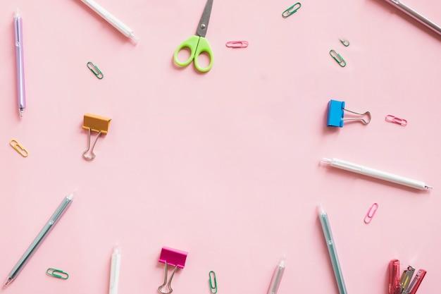Unterschiedliche art von schreibwaren auf rosa hintergrund
