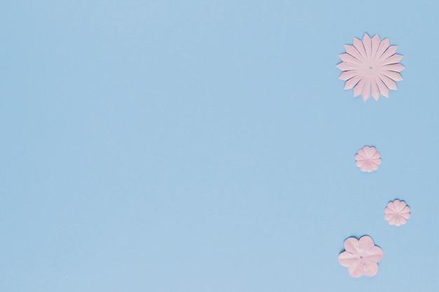 Unterschiedliche form des blumenausschnitts mit kopienraumhintergrund