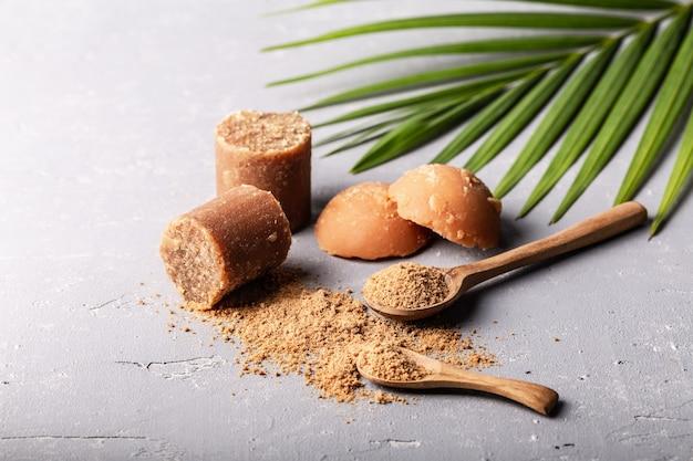 Unterschiedliche form von bio-braunem palmzucker