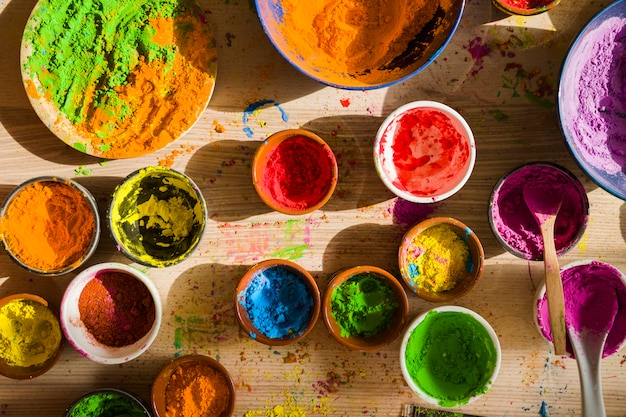 Unterschiedliche helle trockene farben in behältern