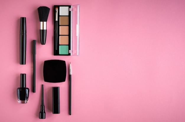Unterschiedliche make-upproduktzusammensetzung auf rosa hintergrund