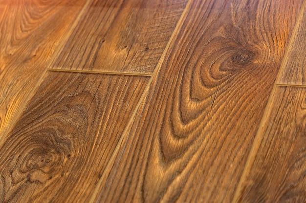 Unterschiedliche weichholzoberfläche als hintergrund, hölzerne beschaffenheit. holzwand. nahaufnahme einer breiten palette von laminat in verschiedenen farben.