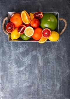 Unterschiedliche zitrusfrüchte. imbiss auf sommerpartys.
